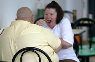 ITALIAN OVERWEIGHT PATIENT LUIGI FADDA AND A NEW ZEALAND PATIENT ENJOY THEIR LUNCH AT THE AIMIN ...