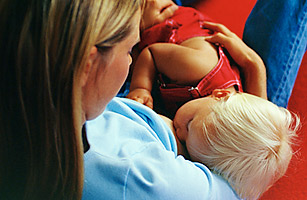 hl_toddlerbreastfeed_0927